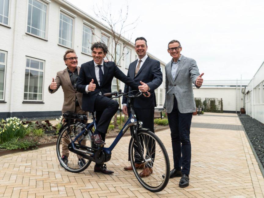 Fletcher hotels en Accell Benelux directeuren met een Sparta fiets