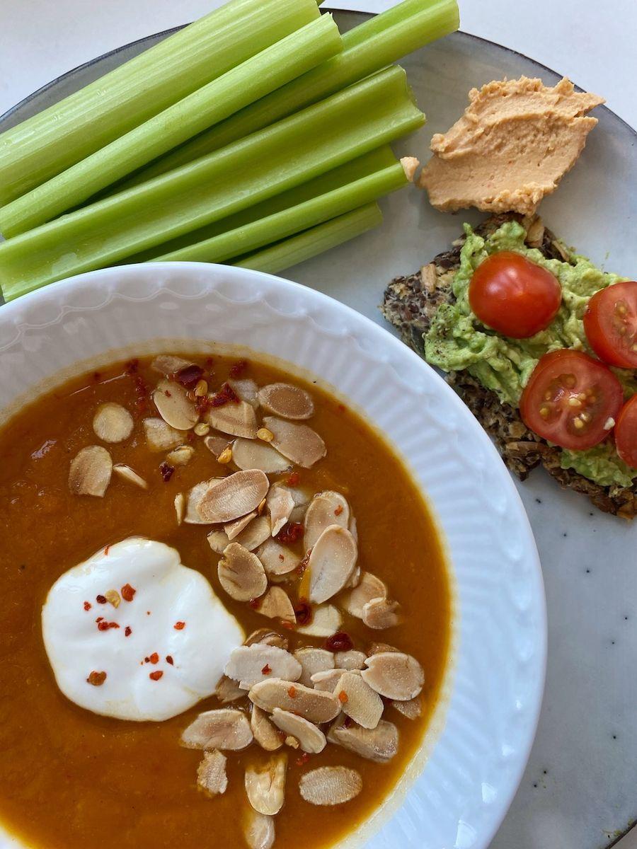 Butternut squash suppe med ovnbagt peberfrugt - opskrift