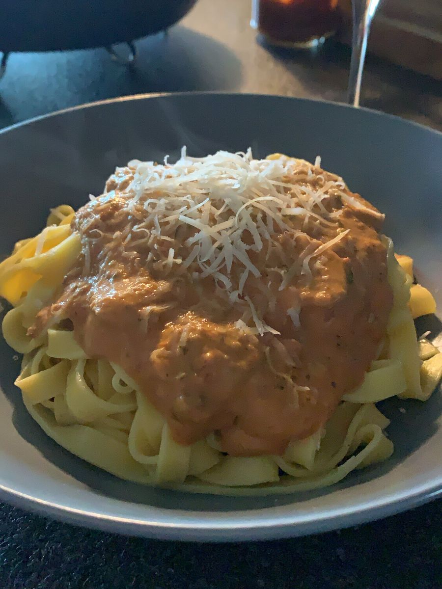 pasta arrabiata serveret med ost på