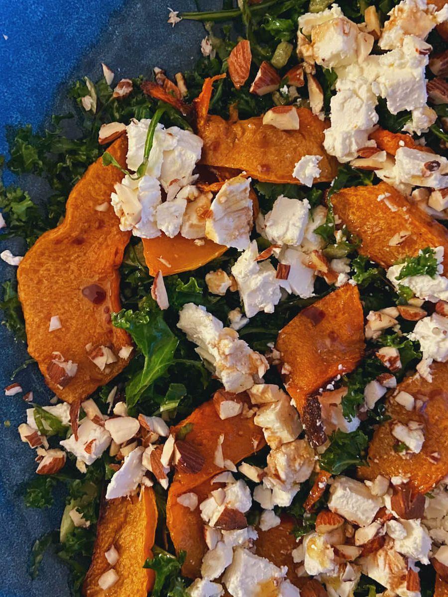 Opskrift - Græskarsalat med grønkål og feta