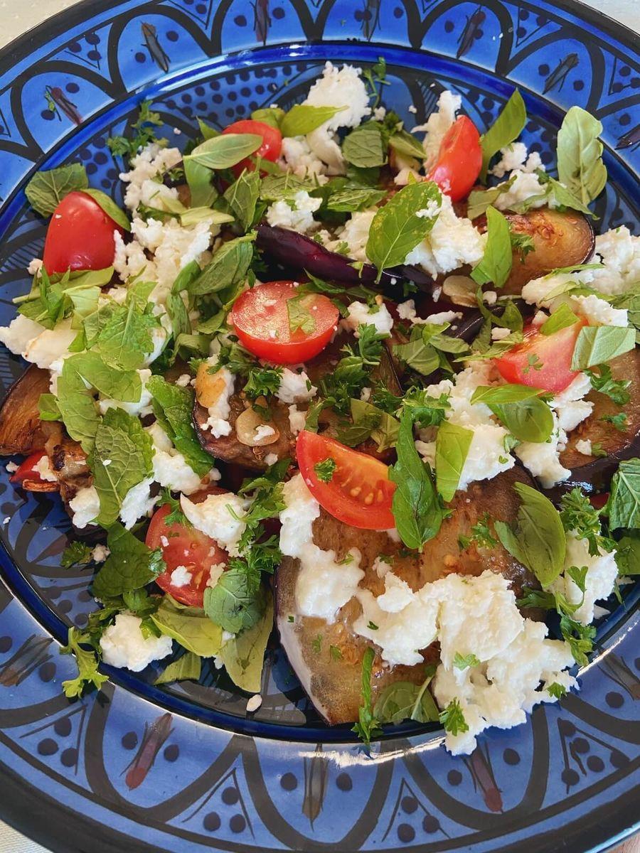 Vegetar salat med aubergine, tomat og mozzarella