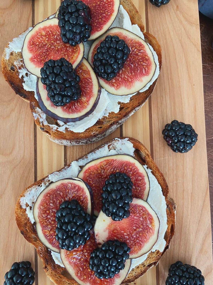Vegetar opskrift - toast med ricotta, figen og brombær
