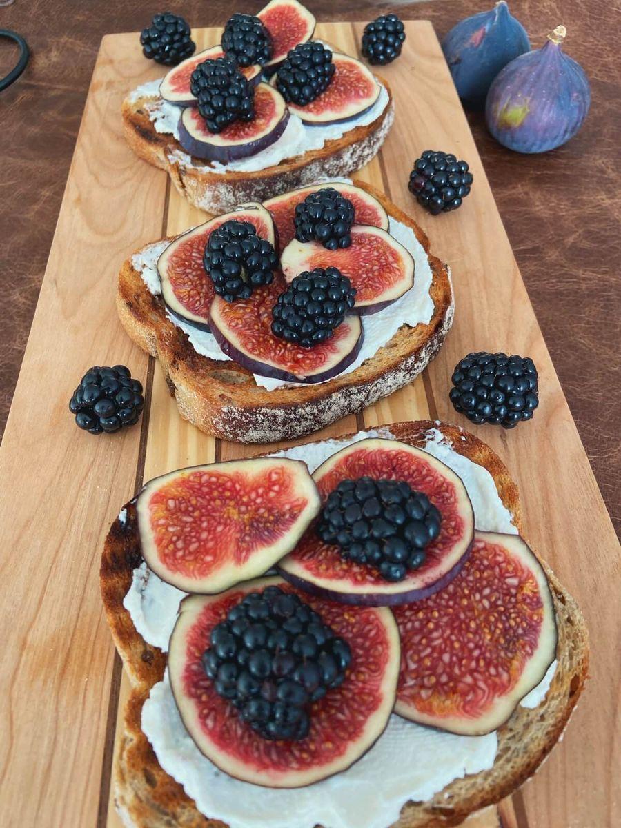 Opskrift - Toast med ricotta, figen og brombær