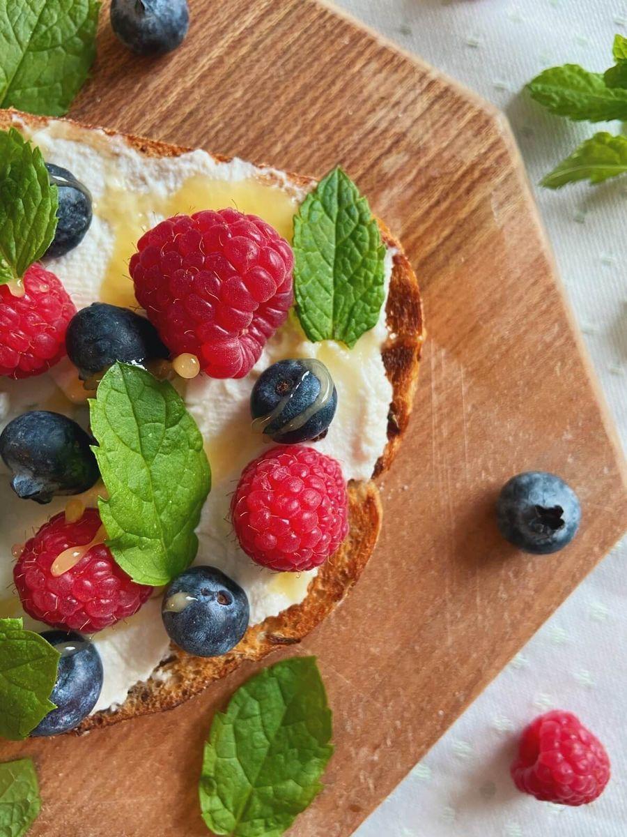 Opskrift - Toast med ricotta, blåbær og hindbær
