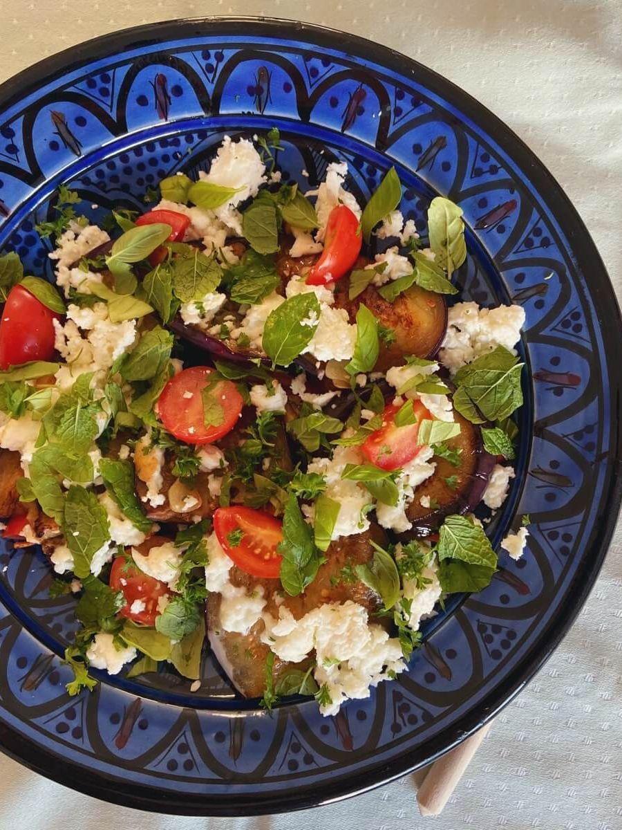 Opskrift på salat med aubergine og tomat