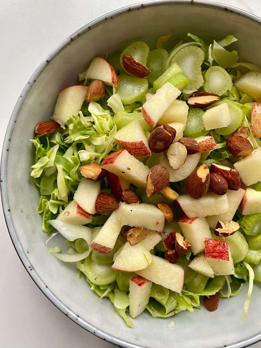 Fennikelsalaten bliver serveret med æbler og mandler