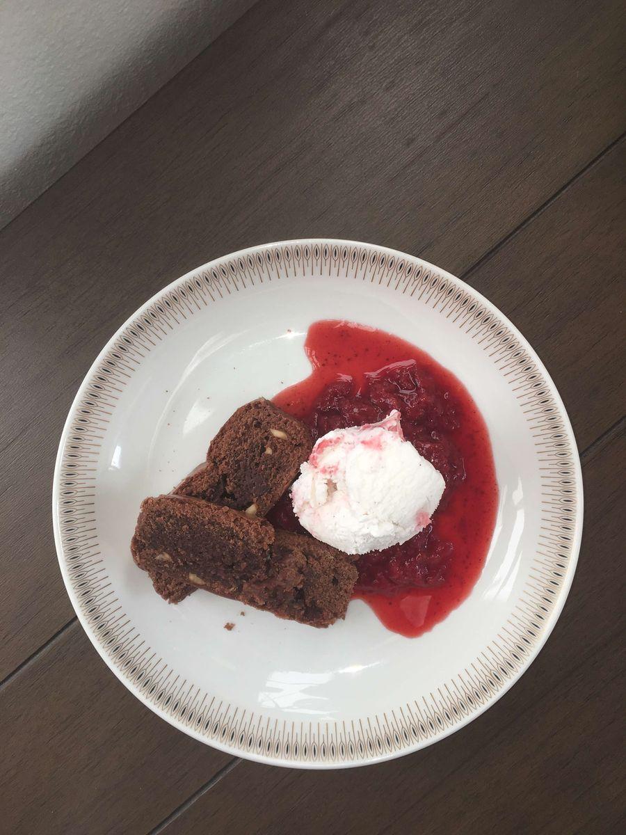 Dessert brownie med jordbær coulis