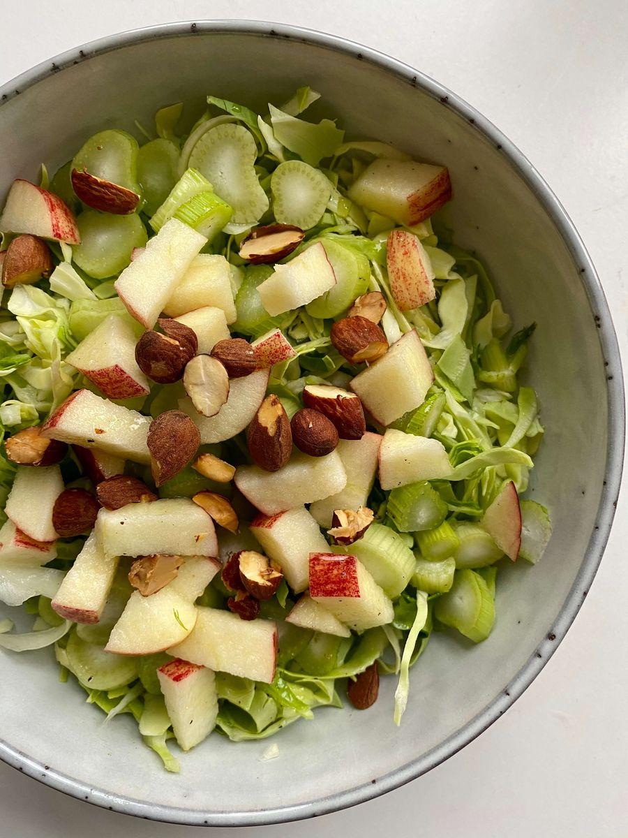 En lækker fennikel salat er klar til at blive spist.