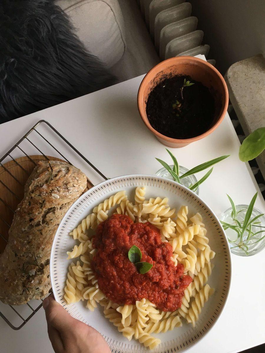 marinara sauce på pasta på bordet