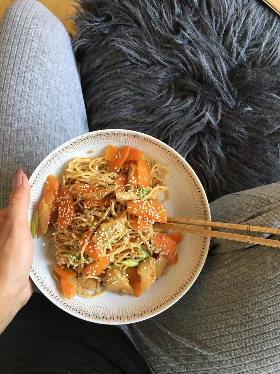 kok holder skål med wok