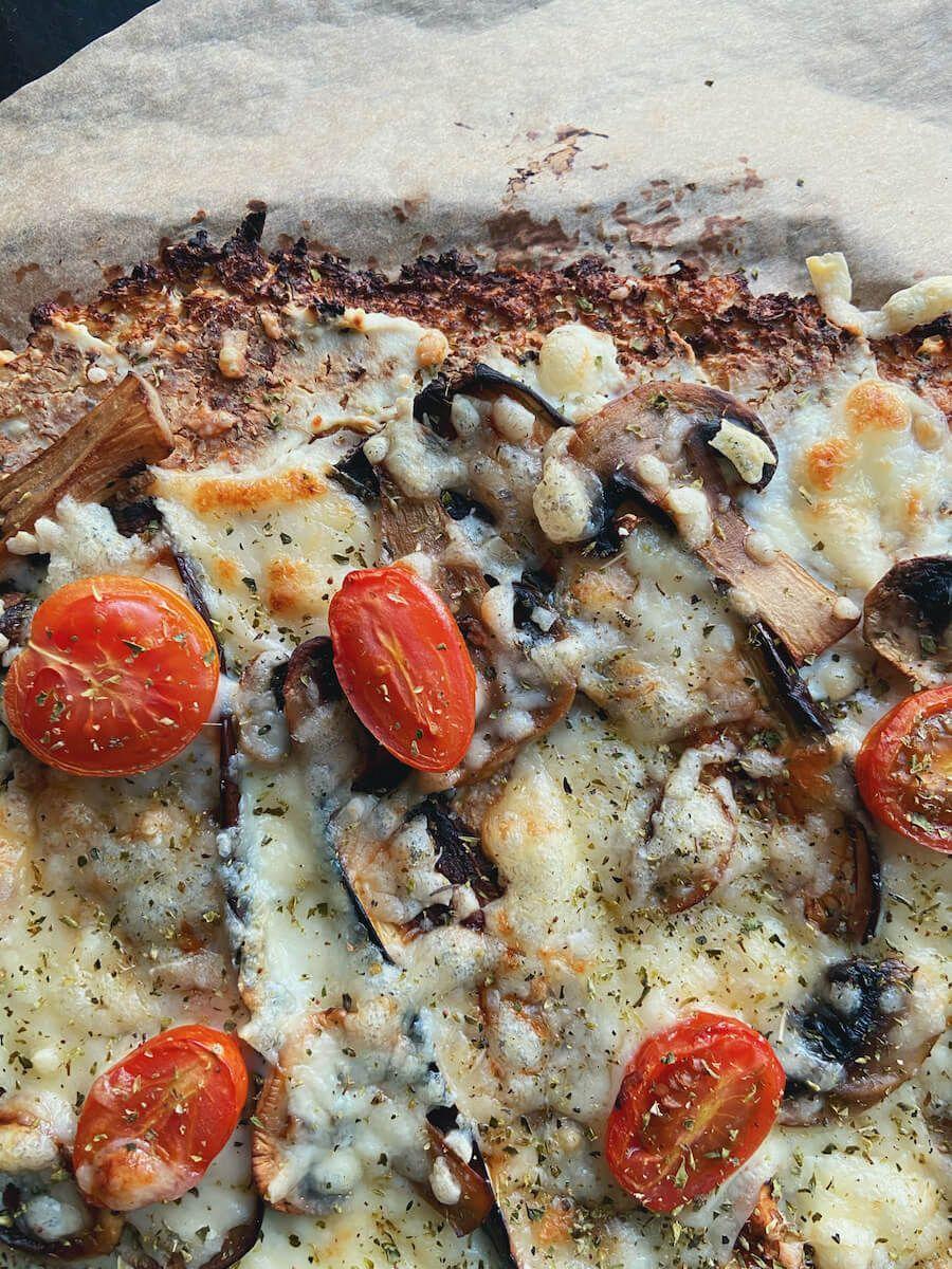 Opskrift - Blomkålspizza med ricotta og aubergine