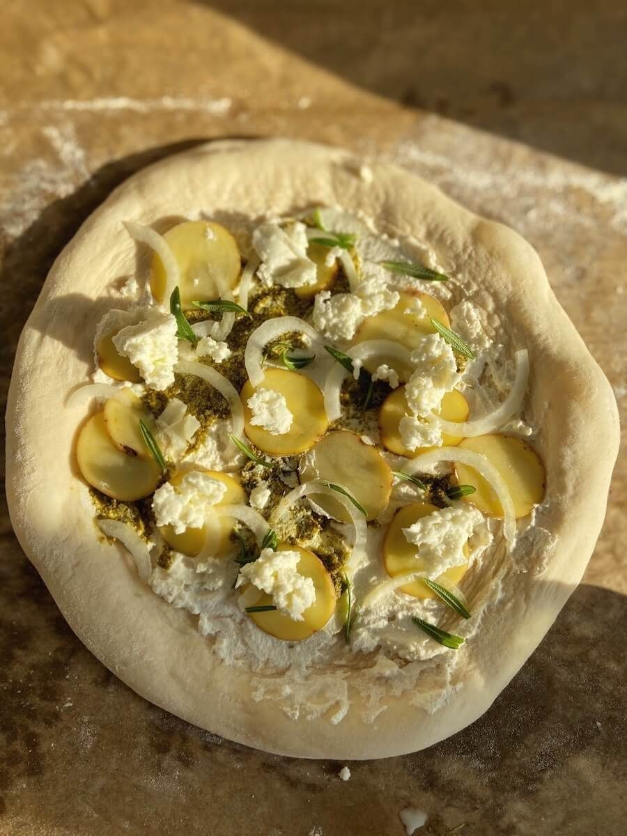 Opskrift på pizza med kartoffel og rosmarin
