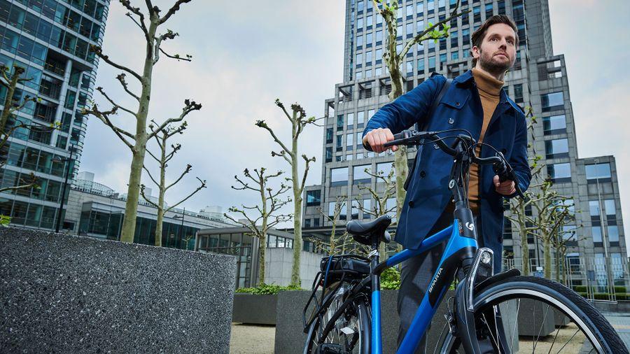Man fiets weg bij kantoor op a-shine m8b e-bike