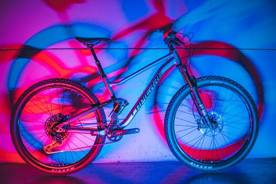 Bicicleta estacionada junto a una pared