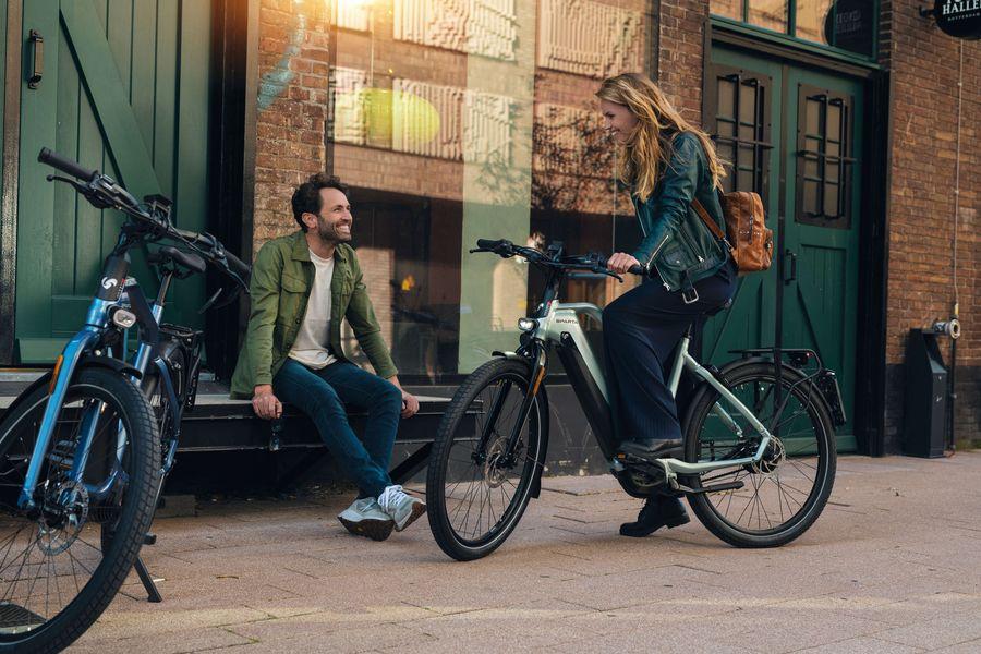 Man en vrouw ontmoeten op e-bikes D-Burst van Sparta