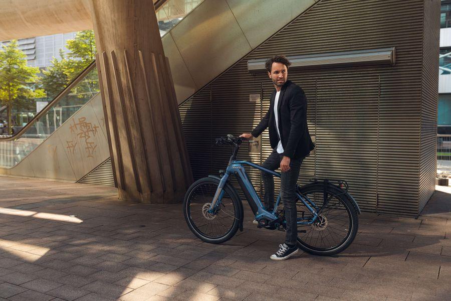 Man op hippe e-bike D-Burst van Sparta