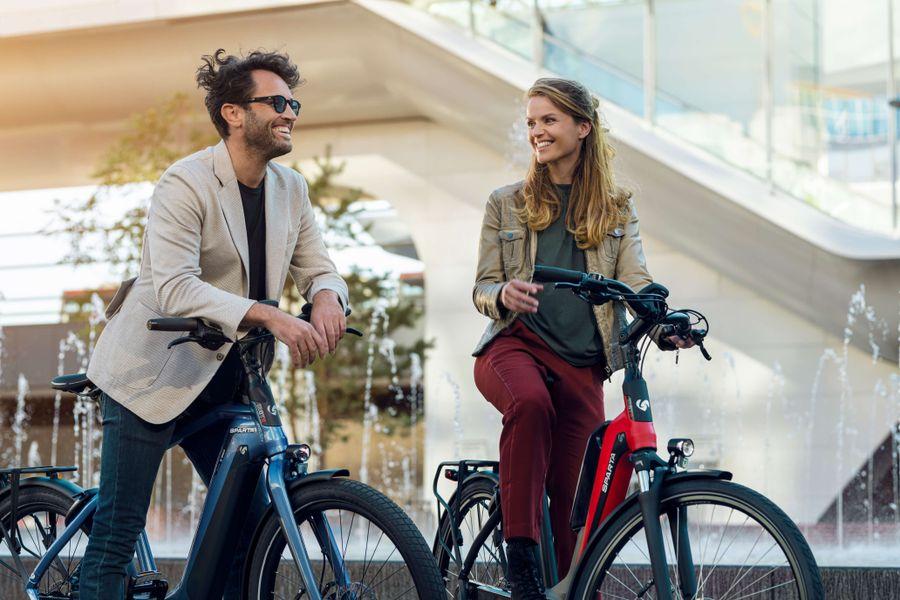 Man en vrouw op Sparta e-bikes in de stad