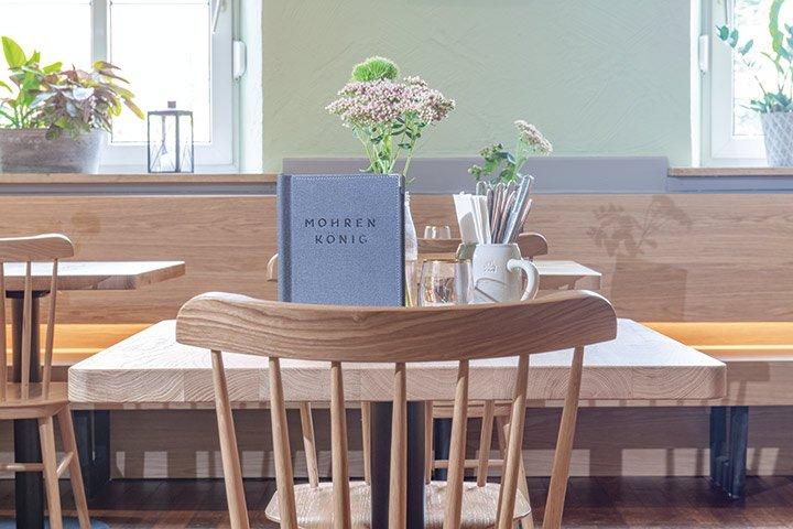 Gastronomie Innenraum mit Eichenholz Möbeln - GO IN